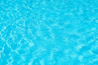 Schwimmbadwasseroberfläche mit funkelnden Lichtreflexionen