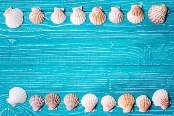Seashells auf blauem hölzernem Hintergrund