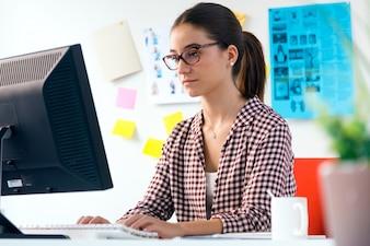 Serious Mädchen mit einem Computer