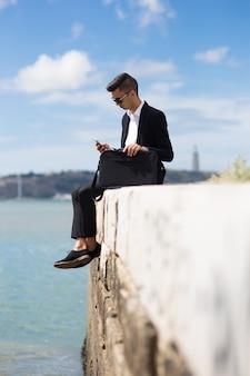 Serious schöner Manager mit Mobile App