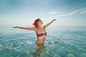 Sexy rote Mädchen tragen Bikini genießen Wasser