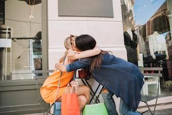 Shopping-Konzept mit Mädchen umarmen