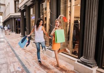 Shopping-Konzept mit stilvollen Frauen