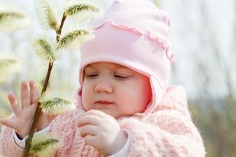 Sieben Monate Baby Mädchen im Frühjahr