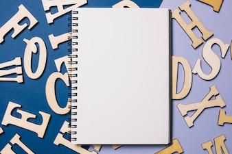 Skizzenbuch auf Buchstaben