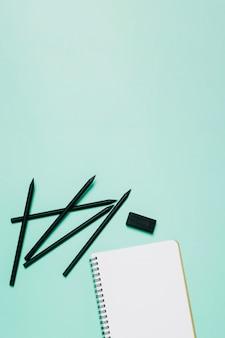 Skizzenbuch, Bleistifte und Radiergummi