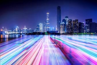 Skyline der Stadt und Lichtlinie auf dem Fluss