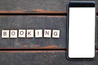 Smartphone mit weißem Bildschirm und Buchung Alphabet