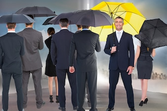 Smiling Geschäftsmann mit gelbem Regenschirm