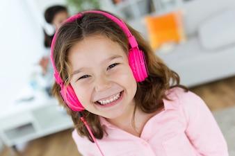 Smiling Mädchen mit hearphones