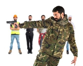 Soldat schießt eine Pistole