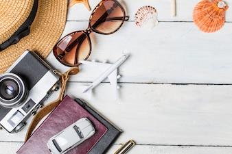 Sommer Urlaub Hintergrund, Strand Zubehör auf weißem Holz und Kopie Raum, Urlaub und Reisen Elemente Konzept.