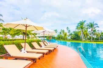 Sonnenschirme und Hängematten in der Nähe von einem großen Pool