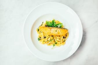 Spaghetti und Pasta mit Lachsfiletfleisch