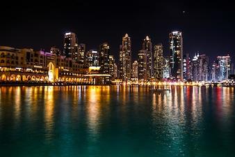 Sparkling Dubai Wolkenkratzer spiegeln im Wasser in der Nacht