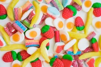 Spaß und bunte Komposition mit Süßigkeiten
