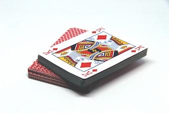 Spielkarten packen auf weißem Hintergrund