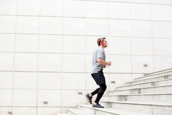 Sportlich Junger Mann Laufen Im Obergeschoss Im Freien