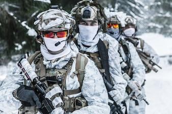 Squad von Soldaten im Winterwald