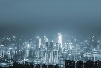Stadt aus der Ferne in den grauen Tönen gesehen
