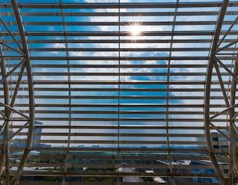 Stadtbild durch Fenster gesehen