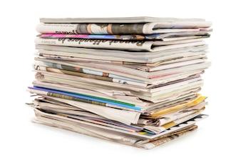 Stapel alter Zeitungen und Zeitschriften
