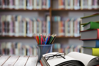 Stapel Bücher mit Brille auf Holz-Schreibtisch