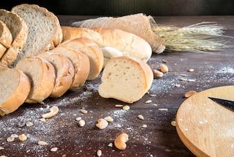 Stilleben mit Brot und Weizen auf Holztisch