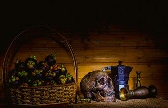Stilleben mit Herbst Früchte Trauben Apfel und Mangostanen