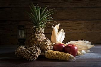 Stillleben Trockenfrucht mit Lampe