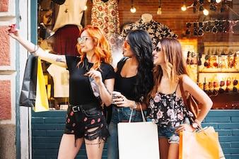 Stilvolle Frauen, die selfies nehmen