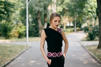 Stilvolle geschäftsfrau zu Fuß eine posing