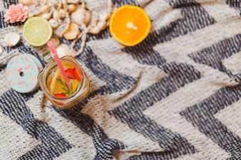 Strandtuch mit Sommergetränk und Orange