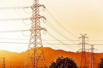 Stromübertragungsmast gegen blauen Himmel bei d Silhouette