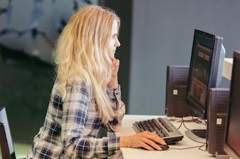 Student am Schreibwarencomputer