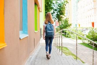 Student, der die Schule nach dem Unterricht verlässt