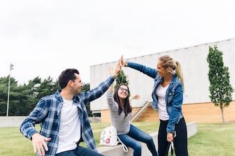 Studenten geben high five