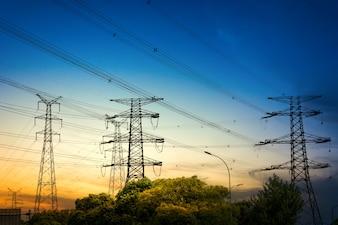 Sun-Einstellung hinter der Silhouette der Strommasten
