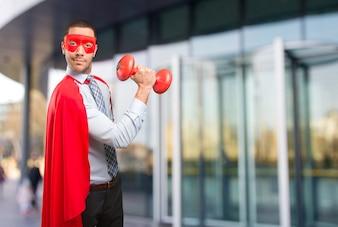 Super Geschäftsmann hält eine Hantel