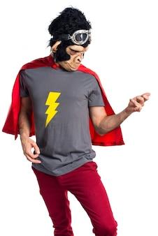 Superheld-Affenmann macht Gitarrengeste