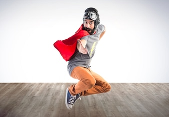 Superheld salutiert auf buntem Hintergrund