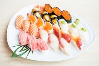 Sushi in weißen Teller