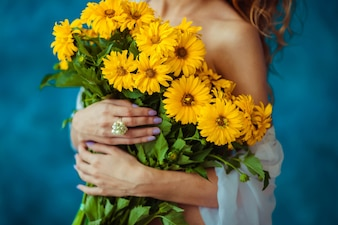 Süßen Blüten gelb Frau charmant