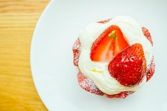 Süßer Dessert mit Erdbeer-Torte