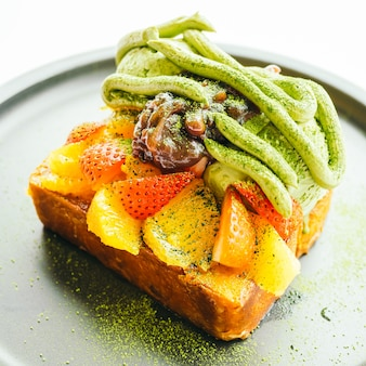 Süßes Dessert Brot Toast mit Matcha Eis und Erdbeere, Orange