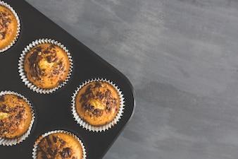 Tablett mit Muffins und Schokolade