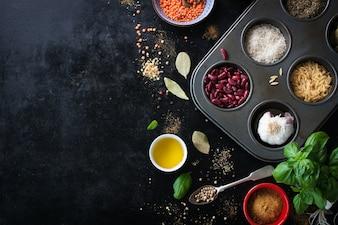 Tablett mit Vielfalt von Reis und Bohnen