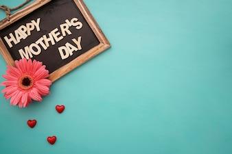 Tafel mit Blumen und kleinen Herzen