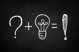 Tafel mit einer Summe von einem Fragezeichen und eine Glühbirne