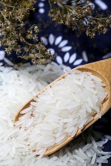 Tai-Reis in einer Holzschale